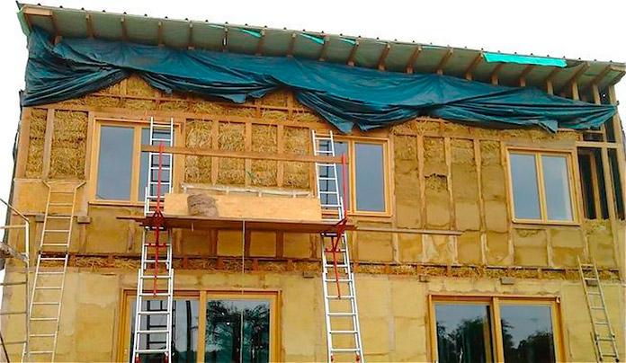 Casa portante de dos plantas que se está construyendo con paja y cemento
