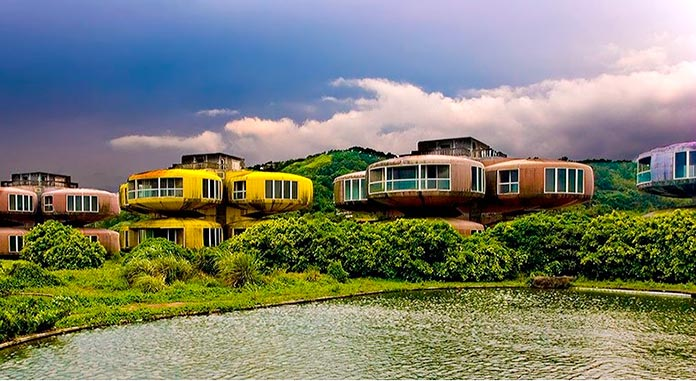 Cuatro edificios con forma circular y diferentes colores