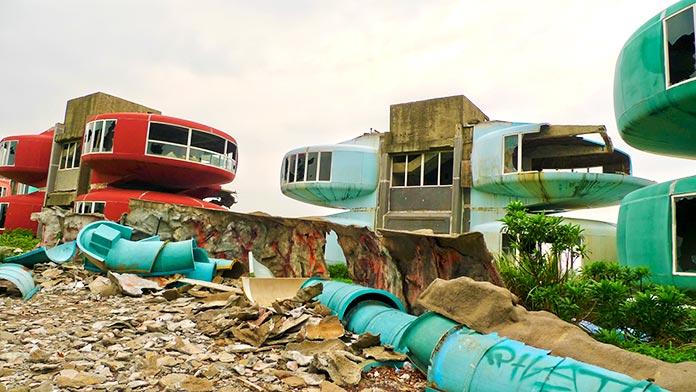 Los escombros rodean los curiosos edificios abandonados
