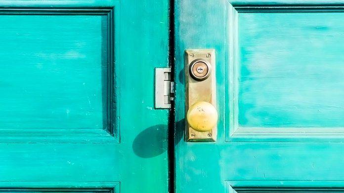 cerradura sobre puerta verde