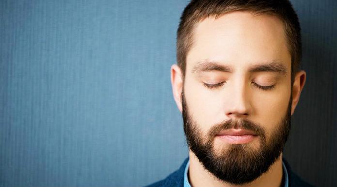 Hombre con los ojos cerrados