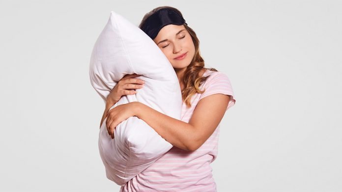 chica abrazando almohada