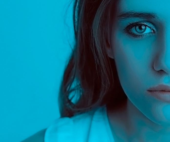 chica con cara de triste bajo un filtro de color azul