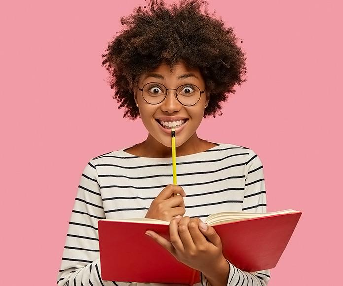 chica sonriente escribiendo