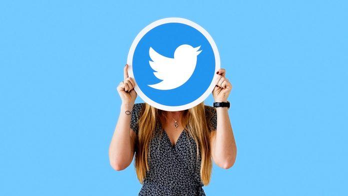 chica escondida tras el logo de Twitter