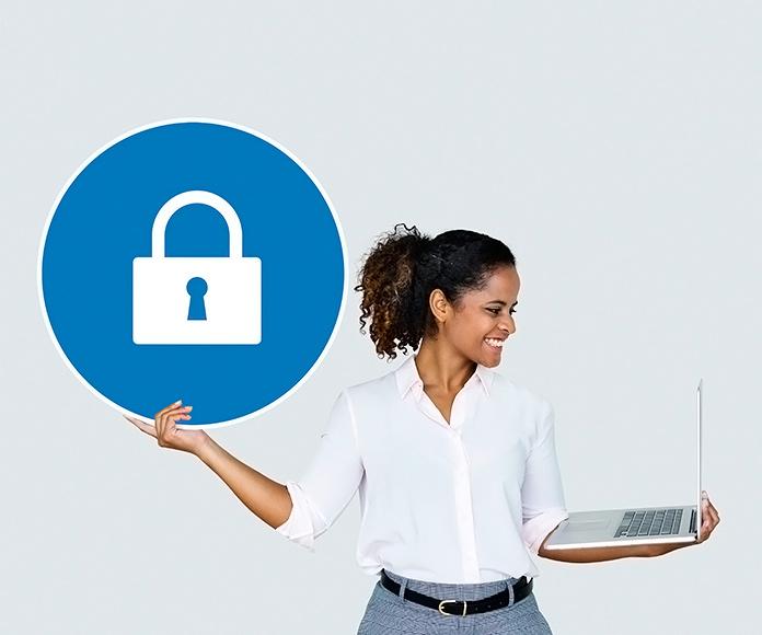 chica sujetando un ordenador portátil y un icono con un candado