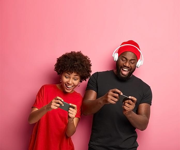 dos chicos jóvenes jugando felices con el smartphone