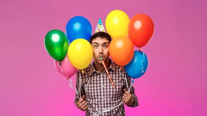 chico sujetando globos