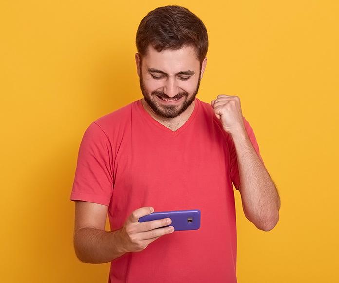 chico jugando a videojuegos con el teléfono móvil