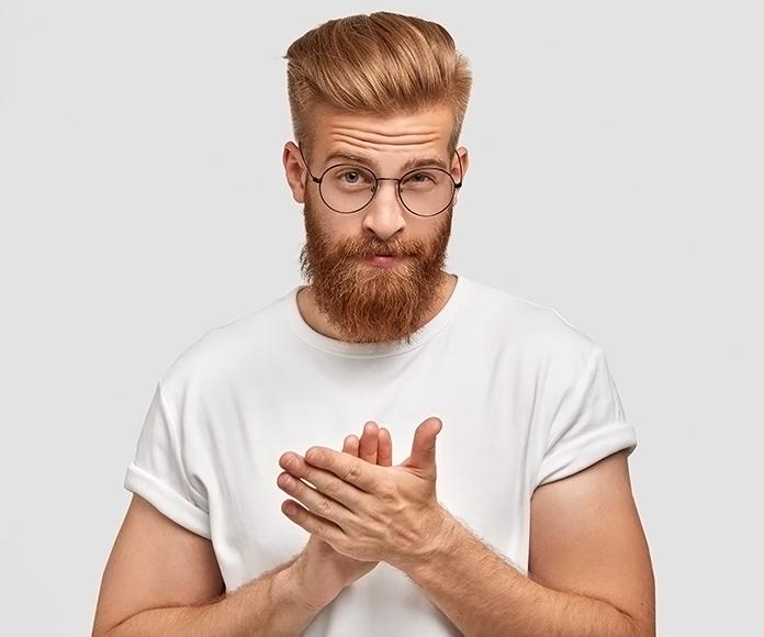 chico rubio con barba, gafas y cabello peinado hacia atrás