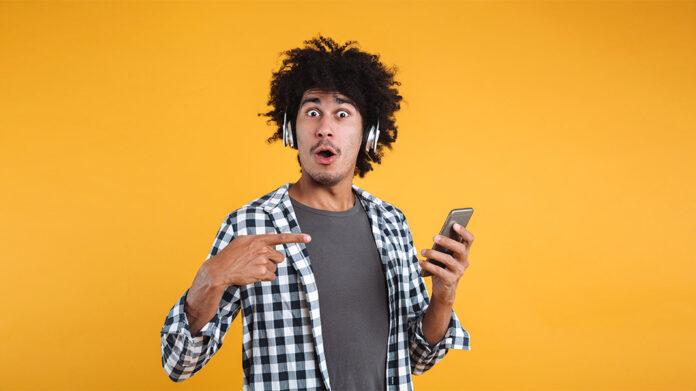 chico sujetando teléfono móvil