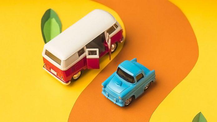 coche y autobús en miniatura