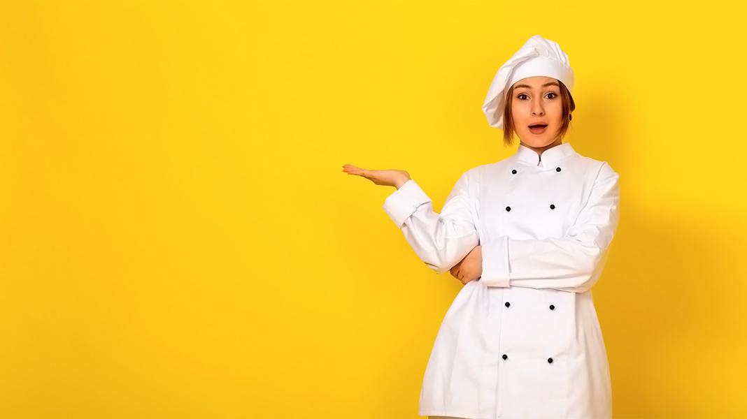 cocinera con cara de sorprendida