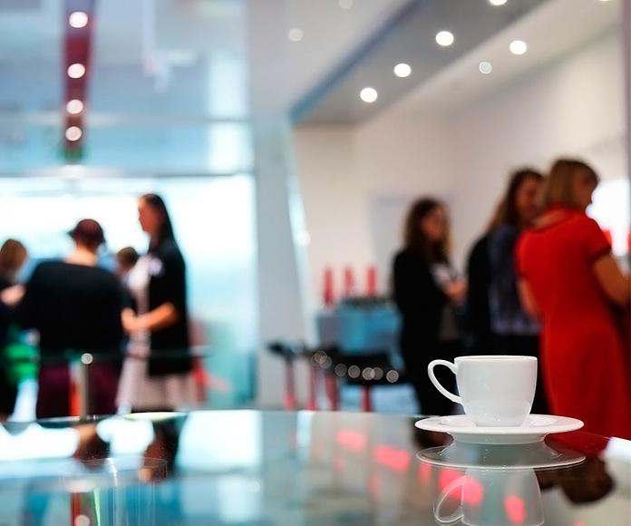 compañeros de trabajo haciendo una pausa para el café