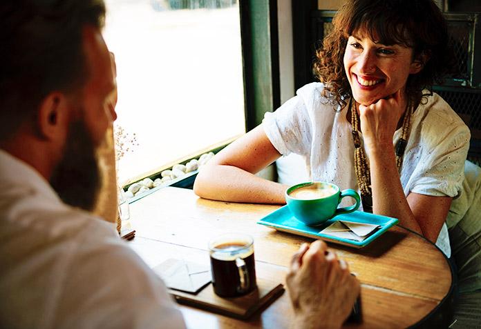 personas charlando mientras toman un café