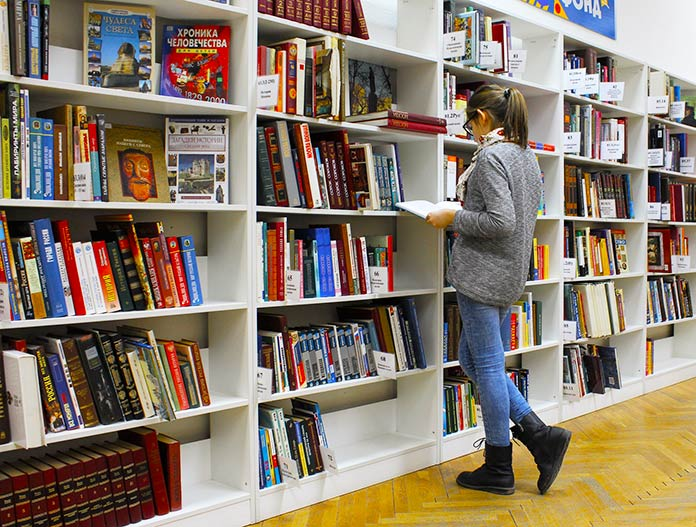 Mujer leyendo en la biblioteca