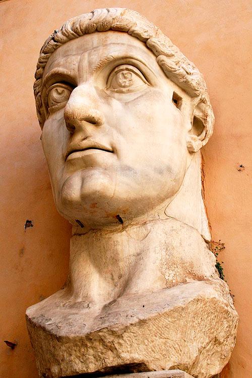 Busto de la estatua colosal de Constantino I el Grande en la Basílica Nova de Roma