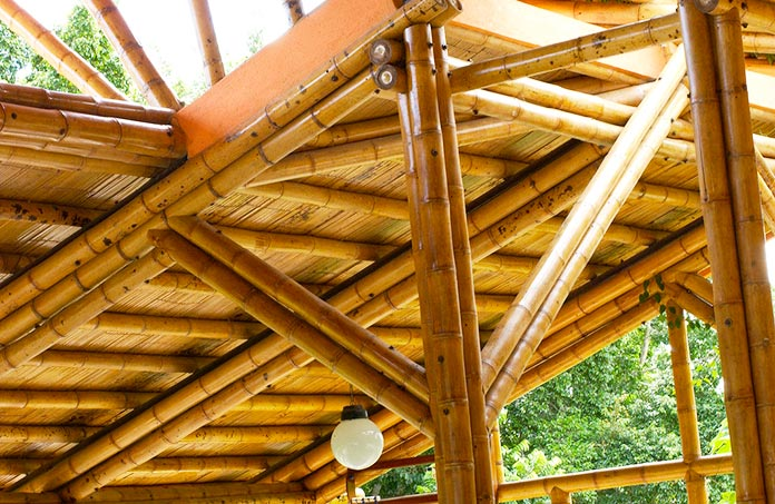 Estructura exterior de una casa de bambú