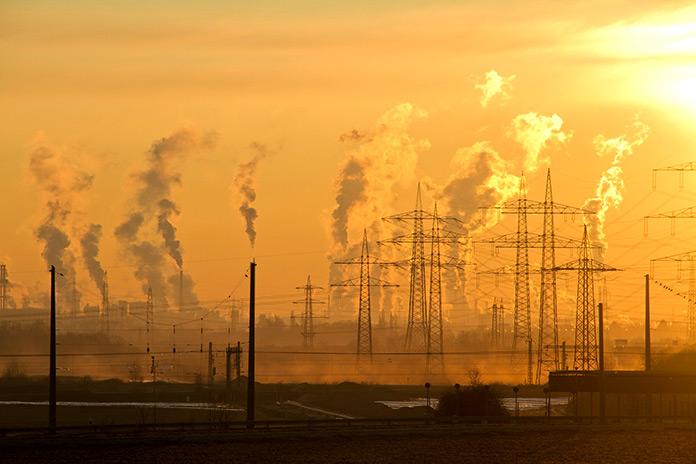 Gran ciudad con contaminación ambiental