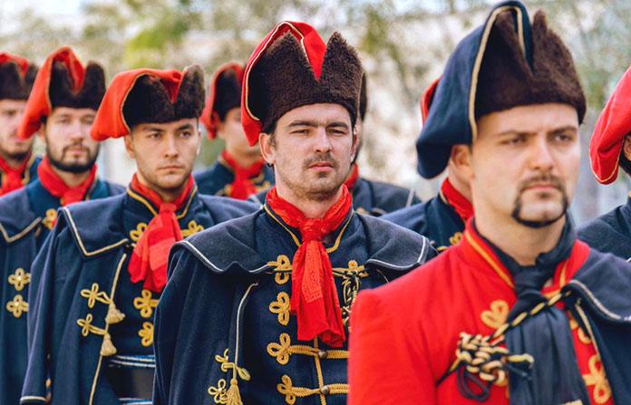 Soldados croatas con la típica corbata 'cravat'