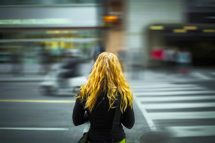 Mujer preparándose para cruzar la calle