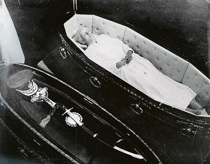 Cuerpo embalsamado de Evita Perón