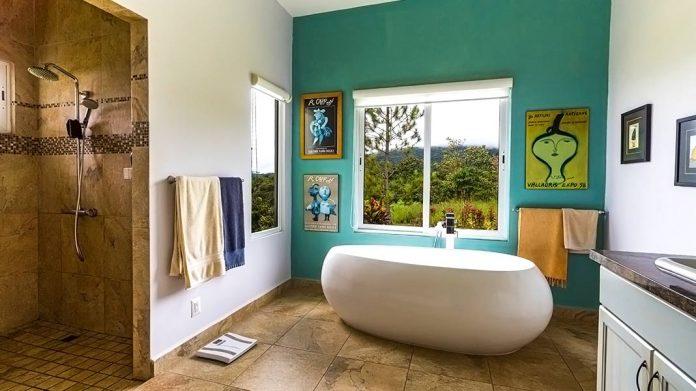 baño decorado con pósters