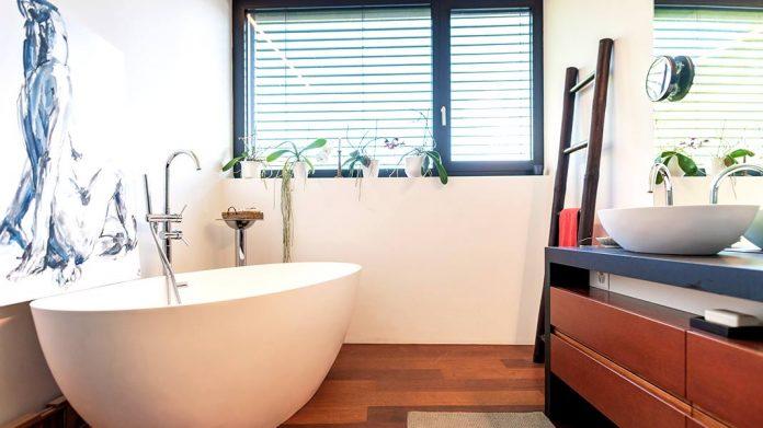 Cinco tips para decorar baños pequeños
