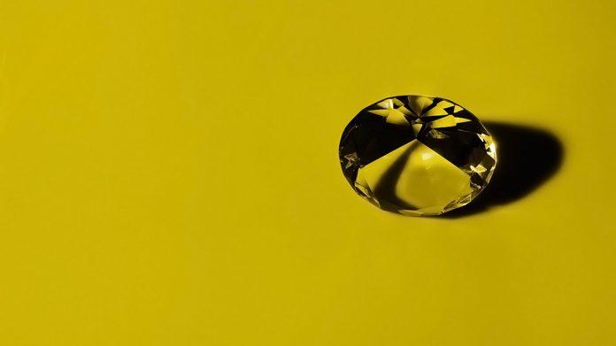diamante transparente sobre fondo verde