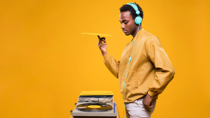 dj con auriculares poniendo un disco