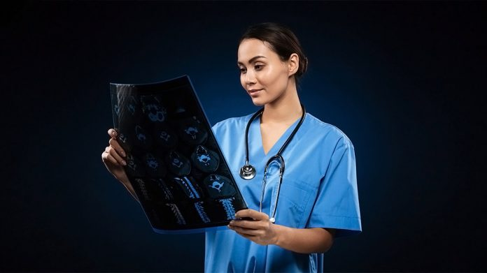 doctora mirando una radiografía
