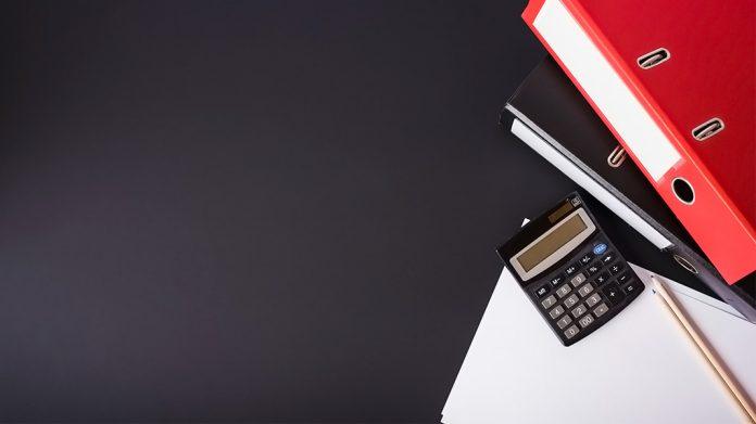 documentos y elementos de papelería sobre una mesa negra