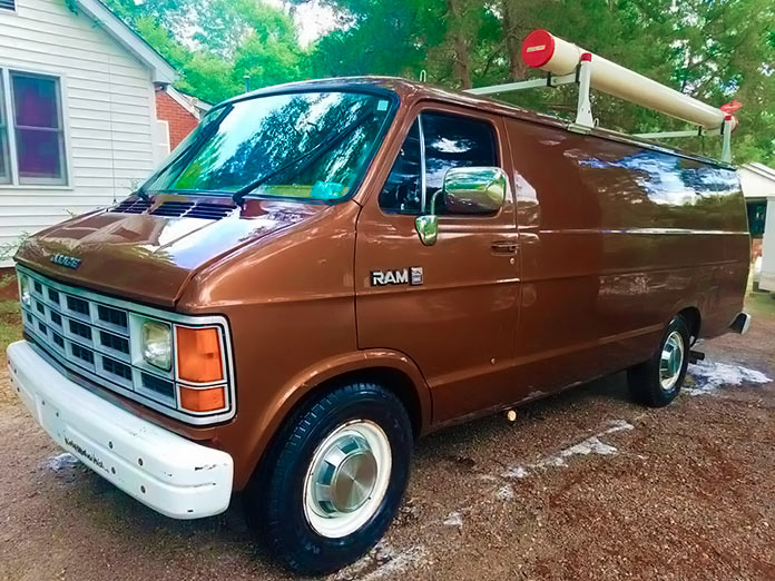 Furgoneta Dodge Ram Van del FBI, frontal