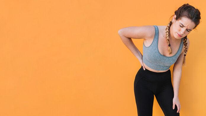 mujer deportista con dolor de espalda