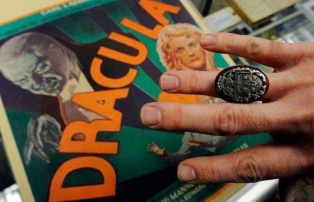 Reproducción del anillo utilizado por Bela Lugosi en sus películas de Drácula