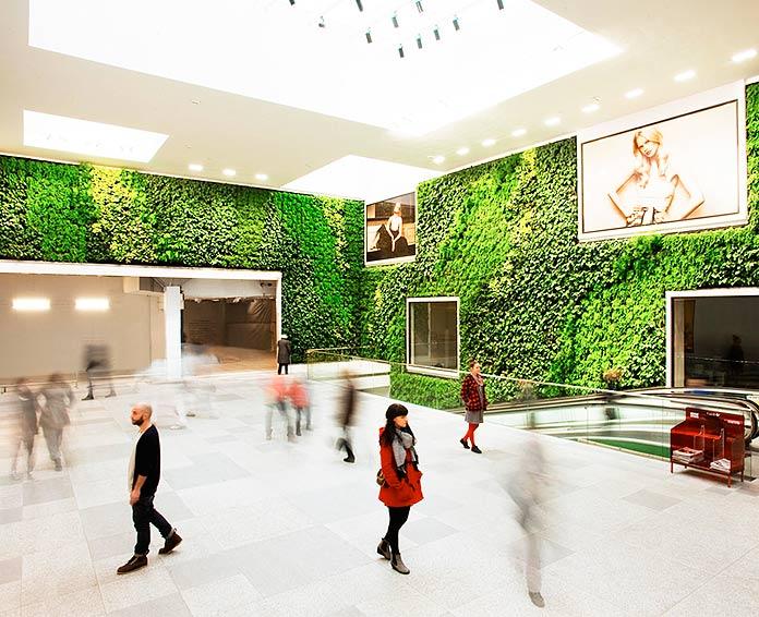 Jardín vertical en el interior de un centro comercial
