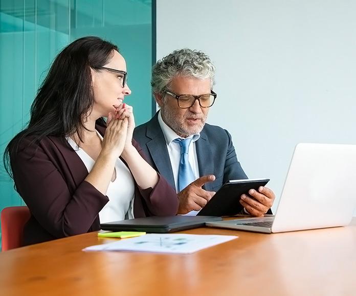 ejecutivos hablando en una reunión