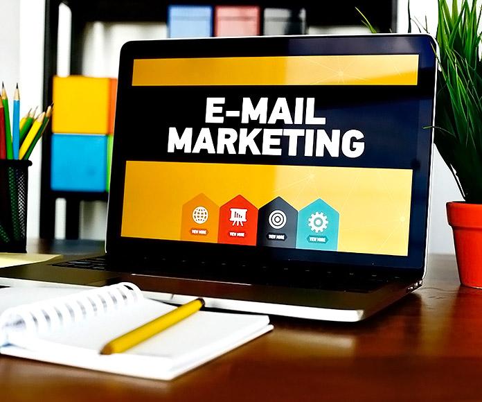 portátil sobre escritorio visualizando una presentación de email marketing