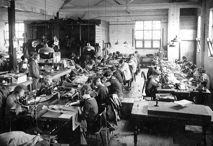 Empleadas trabajando en la sala de costura