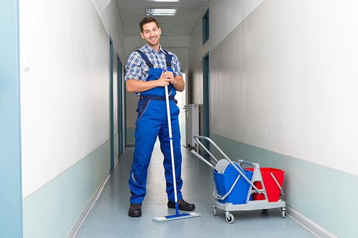 trabajador de limpieza contento