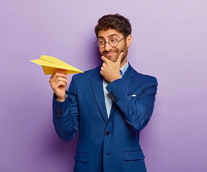 emprendedor con un avión de papel en la mano