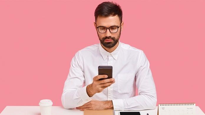 emprendedor sentado en una mesa haciendo cálculos