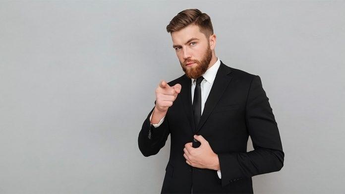 hombre de negocios señalando a cámara