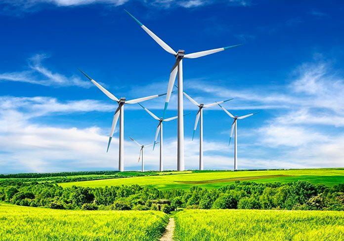 Generadores eólicos sobre un campo verde