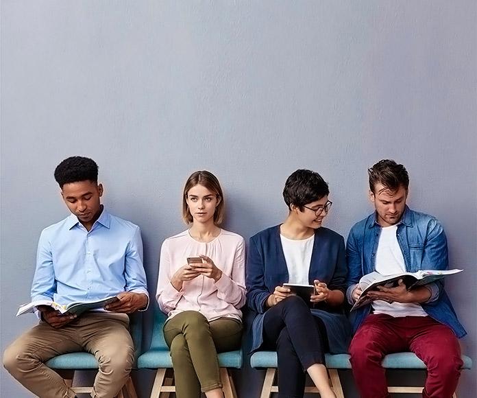 Cuatro jóvenes esperando su turno para una entrevista de trabajo
