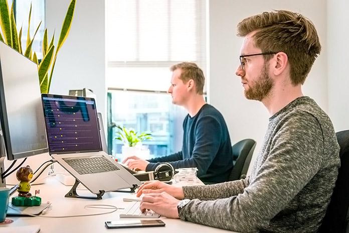 equipo de desarrollo web trabajando