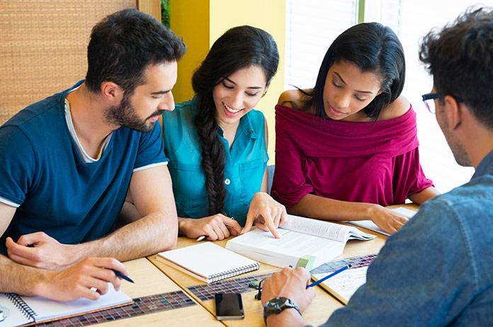 Personas estudiando juntas