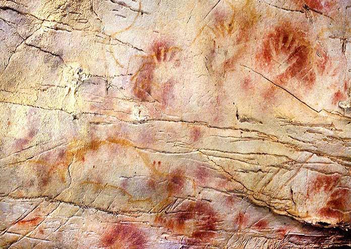 Escritura pictográfica - manos de la Cueva del Castillo en Cantabria