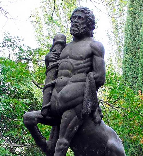 Centauro Quirón (Monumento al Doctor Félix Cerrada) / Obra de Frank Norton (réplica en bronce de la original realizada por el escultor Pascual Salaverri en el año 1921)