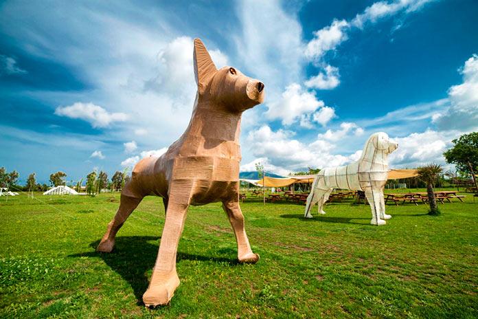 Esculturas de perros en el exterior